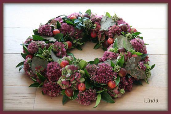 Herfstkrans van o.a. sedum, skimmia, appeltjes en hortensia