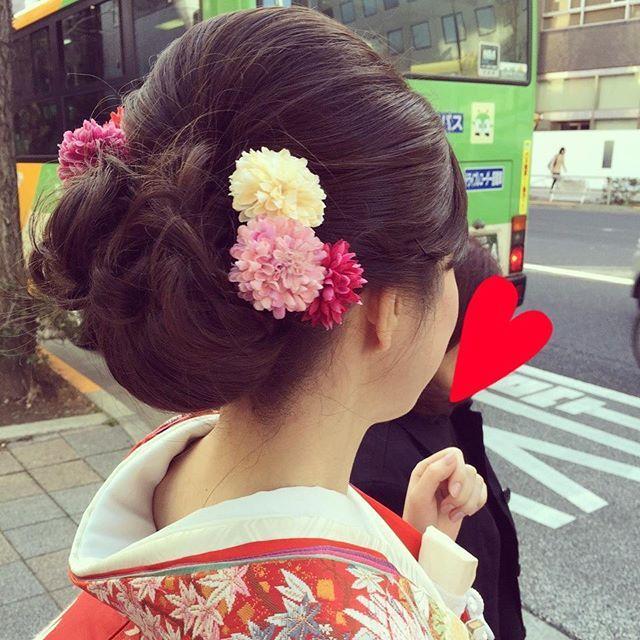 2016/3/17 和装前撮りのヘアスタイル☺ 大人っぽく、可愛さも少しプラスしてもらいました。 どちらから撮られても綺麗に見えるように花飾りは両側に着けてもらいました #和装前撮り #和装ヘア #和装洋髪 #色打掛 #5to7