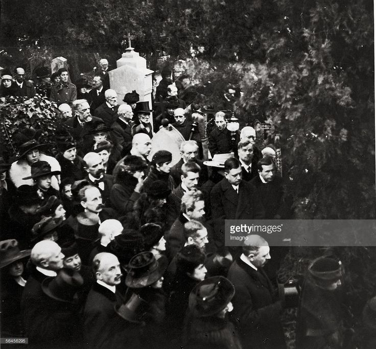 Gustav Klimt?s funeral on February 9th 1918 on the Hietzinger Friedhof. Foto shows: Josef Hoffmann, Berta Zuckerkandl, Anton Hanak, Gustav Nebehay, Ludwig Heinrich Jungnickel, Julius Tandler and in the background, left, Arnold Schoenberg und Alban Berg (in Uniform). Photography. 1918. (Photo by Imagno/Getty Images) [Das Begraebnis Gustav Klimts am 9. Februar 1918 auf dem Hietzinger Friedhof. Trauergaeste waren u. a. Josef Hoffmann, Berta Zuckerkandl, Anton Hanak, Gustav Nebehay, Ludwig…