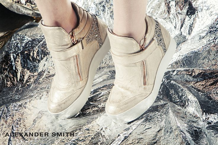 A217 Metal Platino. Metal flash, golden lightning and silver sparks: this is #AlexanderSmith new collection