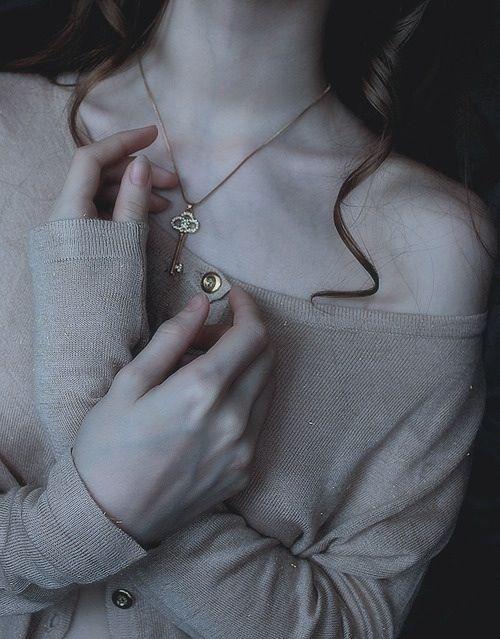 брюнеты, кудрявые волосы, девушка, волосы, руки, хипстер, ключ, ногти, ожерелье, бледные, винтаж