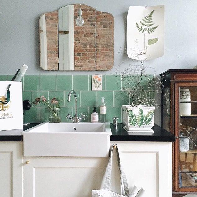 Salle de bains à l'esprit récup avec son évier moderne, ces meubles vintage et son miroir rétro