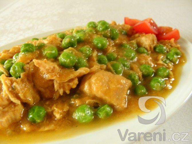 Snadný recept na dušená kuřecí prsa s rajčaty a hráškem.