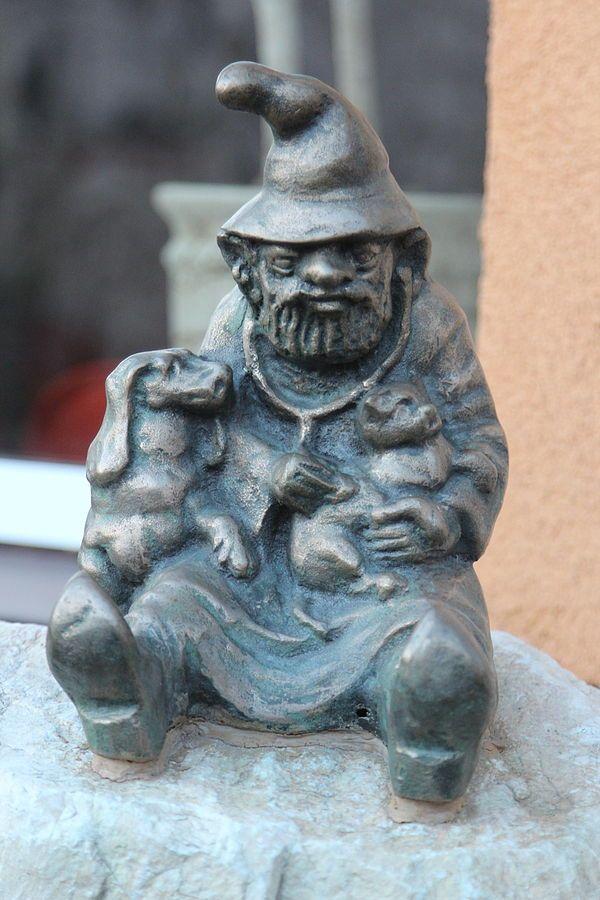 Weterynarz (Vet Dwarf), wrocławski krasnal znajdujący się w Klinice Weterynaryjnej INTERWET przy Ślężnej 136; autor: Stanisław Lenar