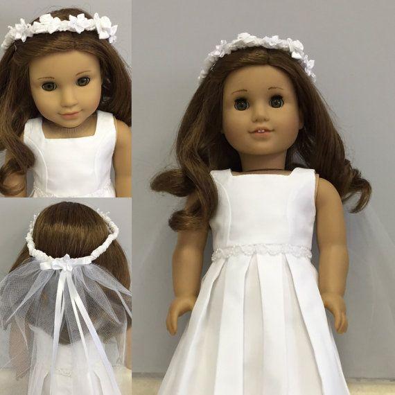 Le cadeau parfait pour la première Communion: une robe pour sa poupée American Girl qui correspond à sa robe de Communion! M'envoyer quelques photos de la robe de votre fille, et je vais vous laisser savoir comment étroitement je peux le reproduire pour une poupée de 18 pouces. Les images montrent quatre des copies de robes (et guirlande/voile de tête) que j'ai fait pour vous donner une idée.  La livraison est de $9,000 parce que j'ai habituellement pour expédier la robe dans une boîte...
