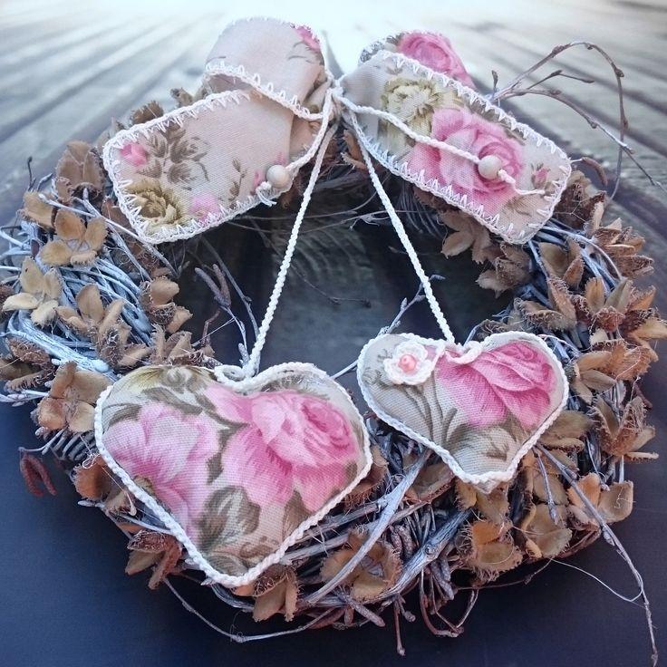Srdíčka+s+růžemi+Věneček+s+bukvicemi+a+látkovými+srdíčky,+průměr+28+cm.