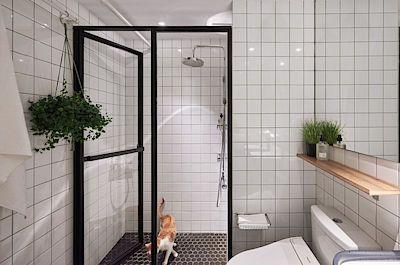 Koupelna je obložena obklady ve vysokém bílém lesku, který podtrhuje industriální ladění bytu.