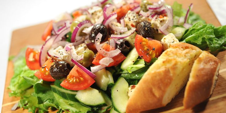 Pilko kasvikset ja asettele lautasille tai tarjoiluvadille.Jaa salaattijuustokuutiot sekä oliivit päälle ja valuta mausteöljy pinnalle.Pirskottele päälle punaviinietikkaa, merisuolaa ja mustapippurirouhetta.Koristele salaatti halutessasi tuoreyrteillä.Sekoita tsatsikin ainekset keskenään ja lisää tarvittaessa makusi mukaan kurkkuraastetta sekä valkosipulin makua.Tarjoile kreikkalainen salaatti tsatsikin ja makusi mukaisen patongin kera.