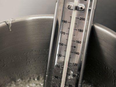 ¿Sabes cuál es la temperatura exacta para freír? La temperatura para freír debe oscilar entre los 180°C y los 200°C, pero si no tienes un termómetro a la mano, te comparto este secreto para que sepas cómo saber si el aceite está listo para freír.