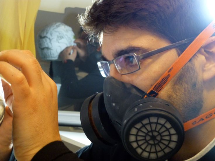 ¿Os acordáis del #casco que hicimos? Hemos rescatado esta foto de un momento de máxima concentración.  Consejo práctico: si pintas con #aerógrafo, usa siempre protección. Ponte mascarilla. ;)