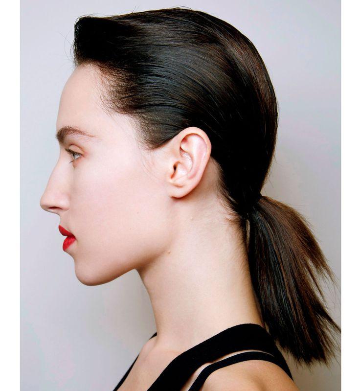 Coiffures pour cheveux mi-longs : la queue-de-cheval basse