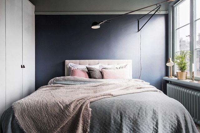 Se você precisa de uma ajudinha para dormir, pinte o quarto com tons escuros. As nuances fechadas ajudam a manter o ciclo do sono regulado. Embarque na tendência do cinza ou escolha um azul mais forte e faça o teste. #revistacasaclaudia #decor #decoration #decoração #home #house #casa  #cor #color #sleep #sono #bedroom #quarto