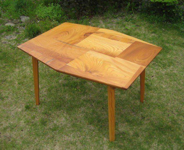 組木のテーブル