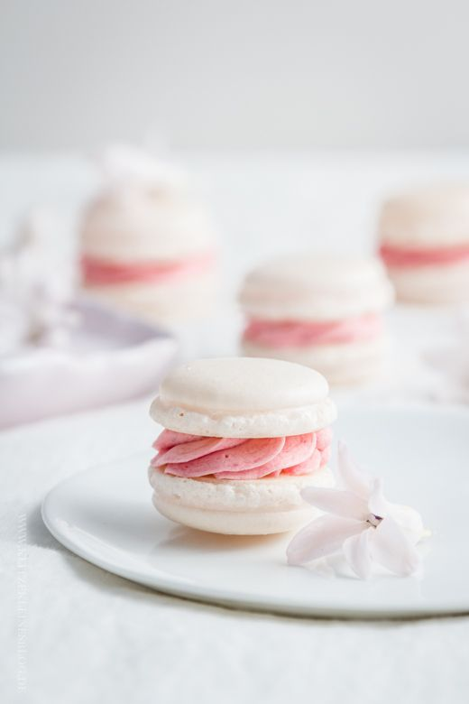 italian macarons with raspberry french buttercream//