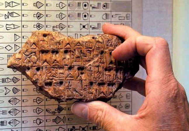 A língua acádia, também conhecida como acadiano, é o idioma mais antigo de se que tem registros escritos. Era falada na antiga Mesopotâmia, território que hoje inclui boa parte do Iraque e do Kuwait, além de partes da Síria, da Turquia e do Irã. Seu registro mais antigo data do século 14 a.C., e acredita-se que a língua não seja falada há 2 mil anos. O idioma foi preservado em inscrições em pedras e barro, e há várias décadas estudiosos do mundo todo vêm trabalhando para decifrar suas…