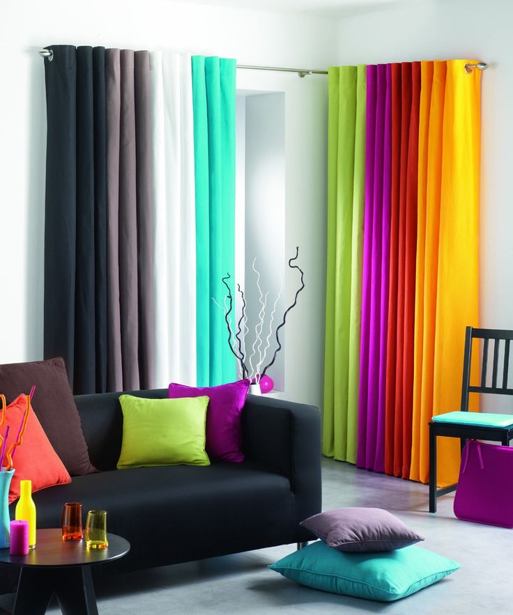 Creëer een regenboog effect in je woonkamer met deze kleurrijke gordijnen.