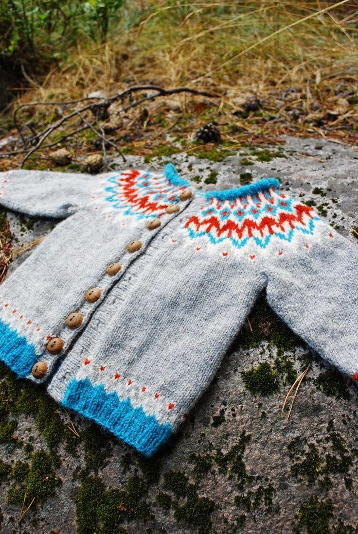 När längtan efter att sticka varma isländska tröjor var som starkast, men garnet långt borta, började jag en liten 'provlapp', en barnkofta ...