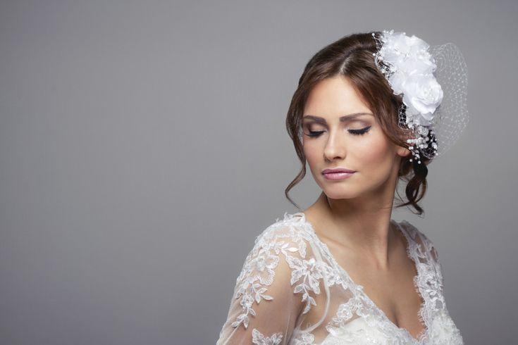 accessorio con piume e fiore tra i capelli