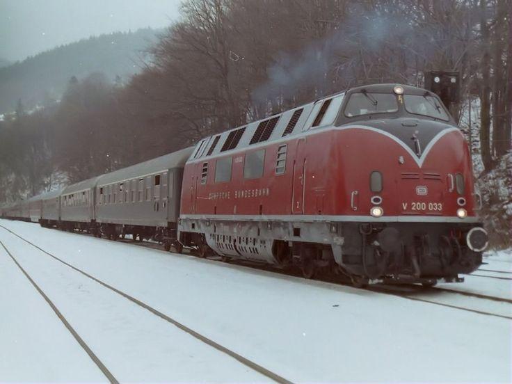 Im Januar 1996 erschienen 2 V200 der ehemaligen Bundesbahn mit einem Sonderzug in Thüringen. Der Zug beim kopfmachen in Rauenstein