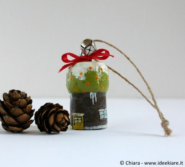 Addobbi per l'albero di Natale con i tappi dello spumante