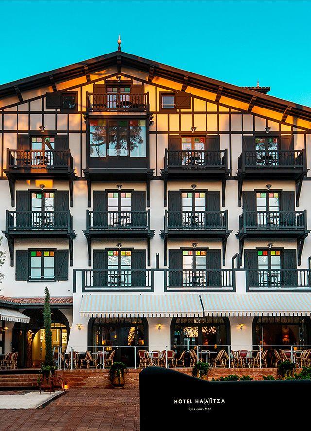 Ha(a)itza: le nouvel hotel de Starck au Pyla Depuis Jean Anouilh, qui écrivait là les pieds dans l'eau, et Guillaume Canet, qui y sortait les mouchoirs, on sait que le bassin d'Arcachon est le lieu de villégiature chic et sympa par excellence. Certains ne jurent que par « le Ferret » – c'est ainsi que les connaisseurs désignent le Cap-Ferret – d'autres préféreront l'ambiance un peu plus « dunes et campings » de Pyla-sur-Mer, au pied de la montagne de sable du même nom. Chicissime cependant…