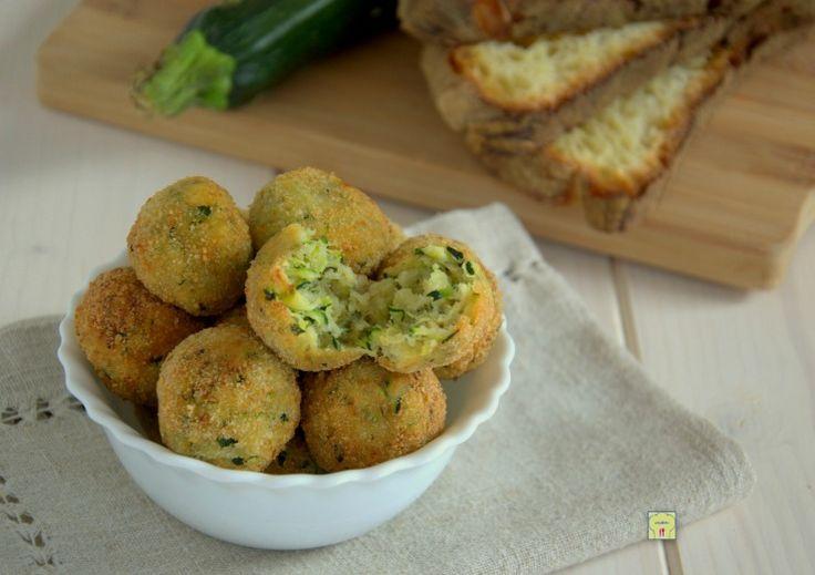 Le polpette di zucchine sono un piatto delizioso perfetto come antipasto o secondo piatto, facili da fare e molto gustose.