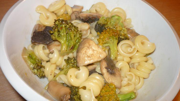 těstoviny s brokolicí, žampiony a krémovou omáčkou