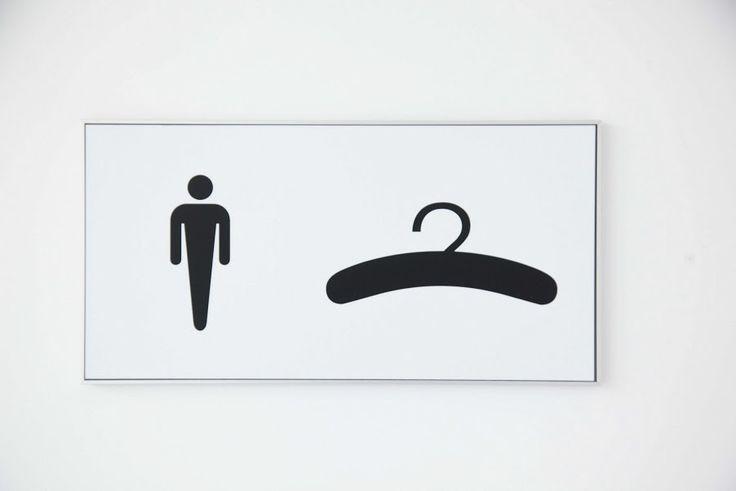 I-sign skilt med pictogrammer, viser i dette tilfælde toilet og garderobe.