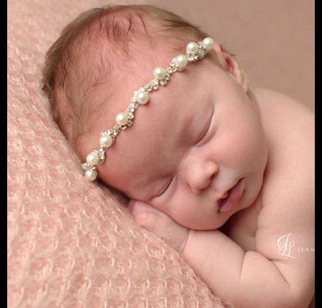 ich biete dieses romantische Babystirnband an. Es ist weiss mit einem Gummiband und mit schönen Perlen verziert. Grösse 0-4 Monate sehr geeignet für die Neugeborenenfotografie.