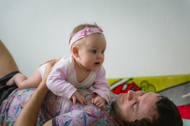 Diese Spiel Tipps Gefallen Deinem 6 9 Monate Alten Baby Besonders Gut Mit Bildern Kleinkind Lernen 9 Monate Altes Baby Spiele Fur Baby