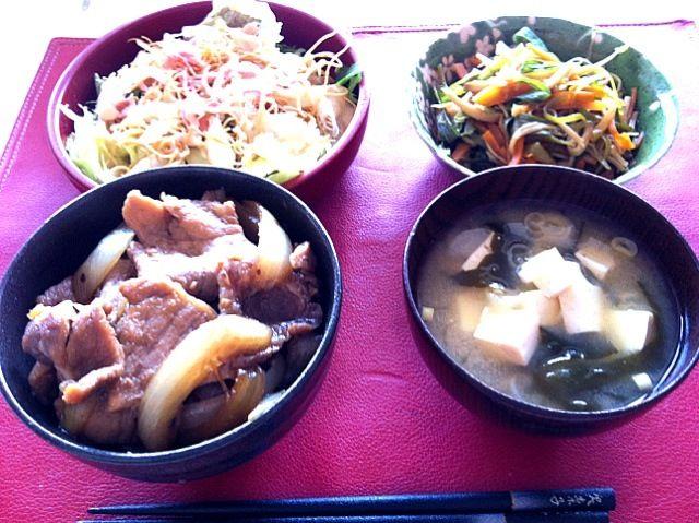 *ホエー豚丼  *長ネギと人参ときのこの炒め物  *豆腐とわかめの味噌汁  *サラダ(レタス、水菜、かいわれ大根、ベーコン、揚げ麺、ゆで卵) - 2件のもぐもぐ - 授乳中 by sub