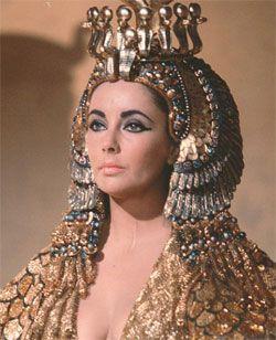 """La película """"Cleopatra"""" (1960) despertó también otra oleada de interés. Cada estilo interpretó a su manera escarabajos, áspides, ankhs, esfinges y faraones… Elizabeth Taylor"""