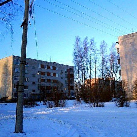 Это самые большие дома в Высоцке на 2009 год :) До 1917 года Высоцк назывался шведским именем Тронгзунд а в период когда принадлежал Финляндии - Уурас. Город маленький в нем сейчас живет чуть меньше 1200 человек. Меньше только только города Чекалин (Тульская область) и Иннополис (Татарстан). #Высоцк #тудаобратноиназад #Uuras