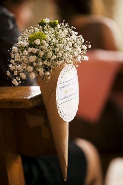 Un cucurucho con gipsófilas o paniculata para decorar la ceremonia.