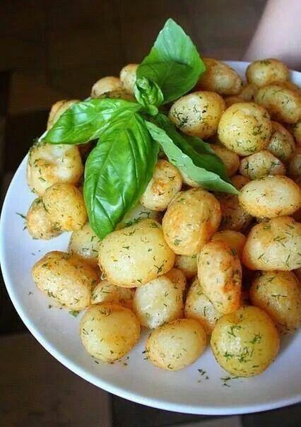 Запеченная картошка  Ингредиенты: - картофель - ваши любимые специи - немного растительного масла - соль  Приготовление:  1.Картошку очистить и нарезать дольками. Отварить в воде в течении 5-7 минут. 2.Выложить в форму для запекания, посыпать вашими любимыми специями, посолить, сбрызнуть маслом и запечь в заранее разогретой духовке до золотистого цвета. Если хотите чтоб специи более равномерно распределились сложите картошку, специи и масло в целлофановый пакет, зажмите сверху рукой и…