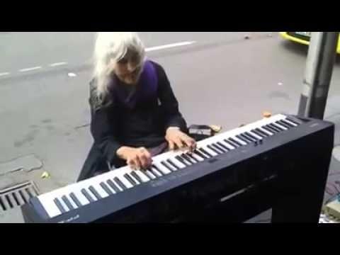 moradora de rua tocando piano - YouTube