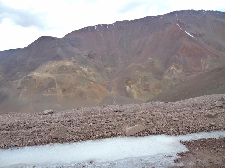 Transitando por los glaciares en alta montaña