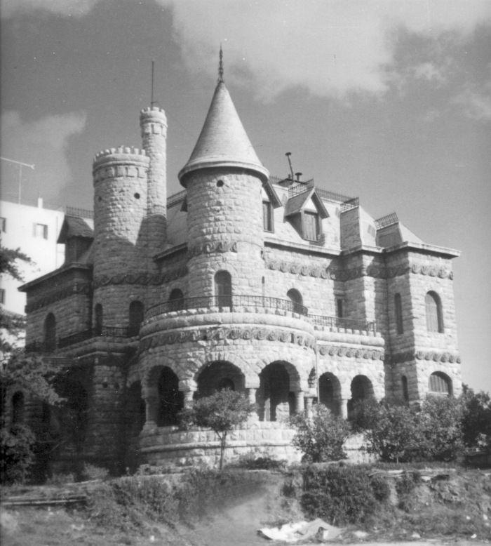 """Η επονομαζόμενη Villa Marguerite, το παραμυθένιο αυτό κτίσμα σε σχέδια Άγγλου αρχιτέκτονα, εκτεινόταν σε έκταση 1.613 τ.μ., βρισκόταν στη συμβολή Βασιλίσσης Σοφίας και Μεσογείων και χτίστηκε εξολοκλήρου με κόκκινη πελεκητή πέτρα. Κατεδαφίστηκε λίγο πριν το 1970. Σήμερα στην ίδια θέση, απέναντι από τον κινηματογράφο """"Γαλαξία"""", βρίσκεται 9όροφο κτίριο γραφείων της Εθνικής Τράπεζας"""