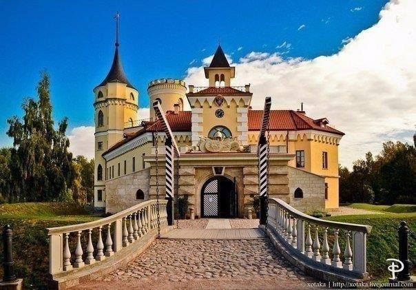 7 сказочных башен Петербурга и окрестностей  Сказочный замок с эмблемы «Диснея» хорошо знаком каждом, также всем известно, что волшебство рождается в замках, в башнях которых томятся красавицы-принцессы, в ожидании прекрасного принца. Для того чтобы ощутить сказку или просто сфотографироваться на фоне чудесного замка не обязательно ехать в Диснейленд, ведь волшебные башенки украшают и петербургские дома.  1. Дом семьи Кейбеля В поисках волшебной башни стоит сперва отправиться на…