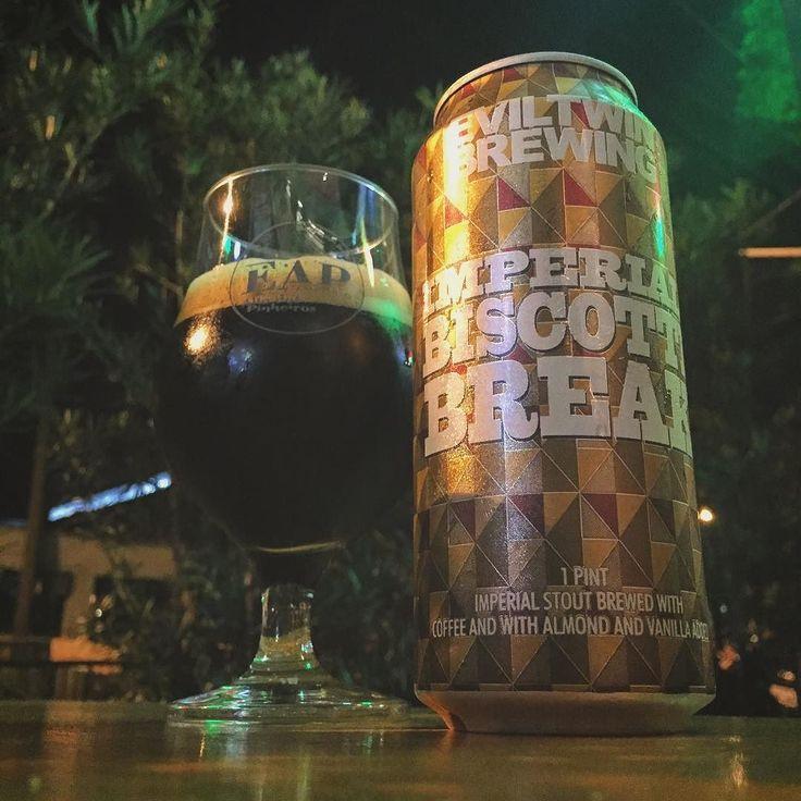 Mais uma incrível cerveja de ontem! A Biscotti da @eviltwinbrewing é uma imperial stout intensa como deve ser e ao mesmo tempo muito bem equilibrada entre o dulçor e as notas de café.  ___ Que espetáculo. Entra pra lista das minhas favoritas. Cheers!  #mulherescervejeiras #mariacevada #bebamenosbebamelhor #bier #birra #lajehomepub #lovecraftbeer #pornbeer #beergeek #beergasm #eap #imperialstout #bebamenosbebamelhor