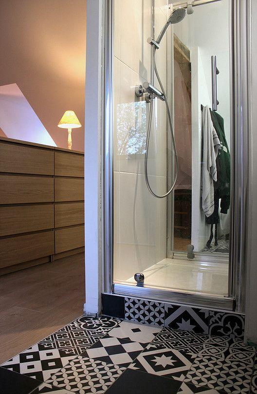 Suite parentale, combles aménagés, salle de bain sous combles dans chambre, carreaux de ciment, douche centrale. Ronan Cooreman, Architecte d'intérieur Lille.