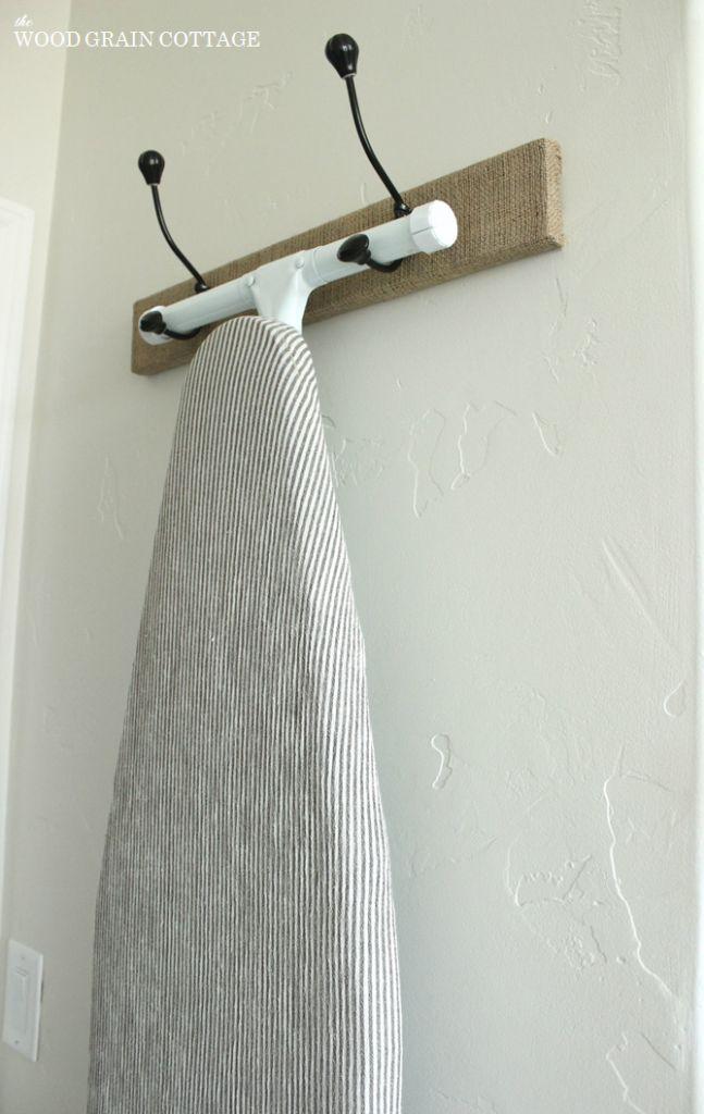 Strijkplank aan kledinghaken hangen.