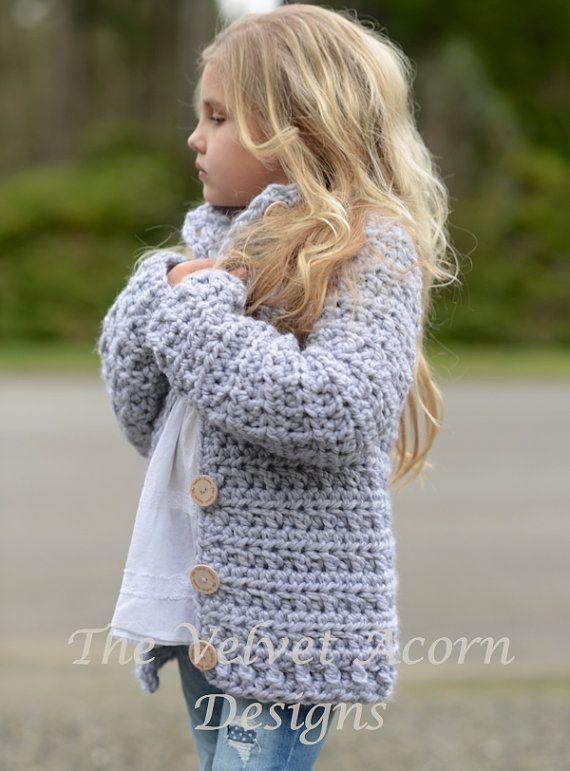 Listado para ganchillo patrón sólo del suéter Dusklyn.  Este suéter es hecho a mano y diseñado con el confort y la calidez en la mente... Accesorio perfecto para todas las estaciones.  Todos los patrones son inglés instrucciones por escrito en términos estándar estándar de Estados Unidos.  ** Tamaños incluyen 2, 3/4, 5/7, 8/10, 11-13, 14/16, S/M, tallas L/XL. ** Cualquier hilado peso super abultado puede ser utilizado.  Medidas aprox. acabadas con suéter doblado cerrado: 2 (circunferencia de…