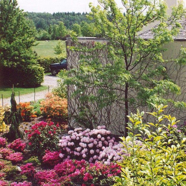 W pobliżu domu zaprojektowano kilka ogrodów rodzajowych – pięknie wkomponowano ogrody kwiatowe, zielnik i sad. Fot. Pracownia Sztuki Ogrodowej