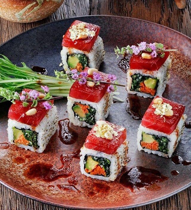 Макото ролл - тунец Блюфин, авокадо, шпинат, мизуна, острый соус. подается с кедровыми орешками и съедобным золотом и серебром.