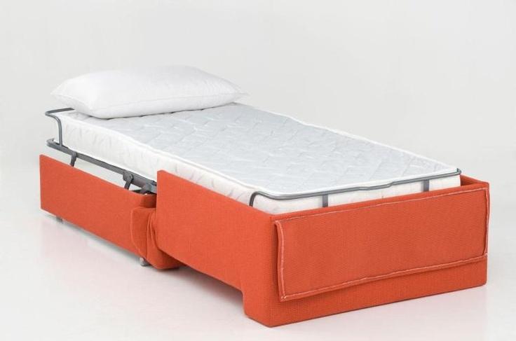 Modelo de medidas contenidas, con un somier de retícula metálica de fácil apertura, con un sólo movimiento. Colchón de goma de alta densidad de 190 de largo. Se puede dejar la cama hecha con las dos sábanas, una colcha y la almohada, en un hueco del respaldo destinado a ello. Brazos en goma de 28Kg, trasera y platabanda en pino macizo y Dm forrados de goma. Cojines de asiento y respaldo de goma forrada de fibra y tejido velour.