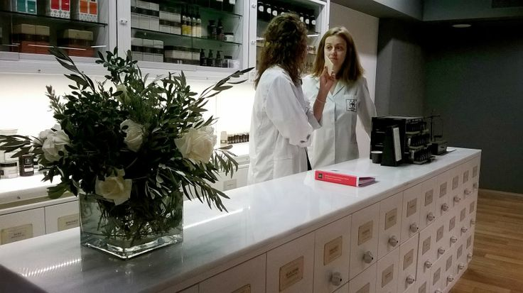 Our people discuss the visitors needs and preferences and accordingly formulates and prepares customized solutions: one of a kind face creams enriched with active natural ingredients such as enzymes, trace minerals, amino acids, Q10, vitamin C and Ε as well as other face and body products based on the principles of #aromatherapy. #theAPIVITAexperienceStore #Apivita #NaturalProducts #InteriorDesign #Architecture