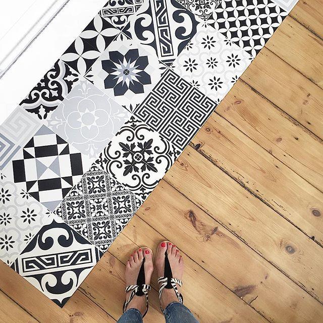 Welcome le tapis vinyle imitation carreaux de ciment qui fignole la salle de bain et apporte un chouette contraste avec notre vieux plancher, fan ! ❤️ Tapis #beijaflor sur @prettywireshop • sandales #pieces (de l'été dernier)