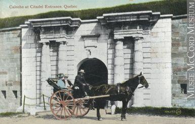 Calèche devant la porte Dalhousie vers 1910