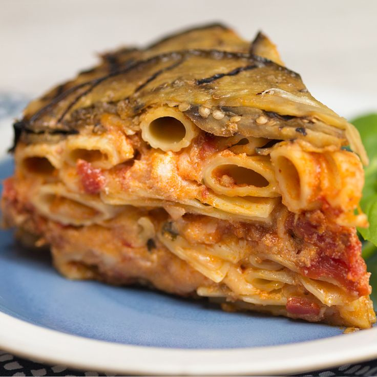 Recipe with video instructions: How to make eggplant ziti pie. Ingredients: 2 large Italian eggplants, sliced into ¼-inch slices, 2 Tbsp olive oil,…
